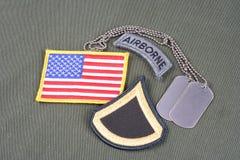 美国陆军一等兵茂盛的补丁、空中选项、旗子补丁和卡箍标记在橄榄绿unif 库存图片
