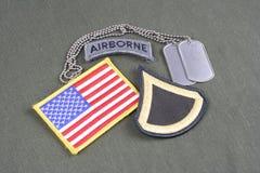 美国陆军一等兵茂盛的补丁、空中选项、旗子补丁和卡箍标记在橄榄绿unifo 免版税库存照片