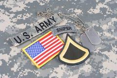 美国陆军一等兵茂盛的补丁,狙击手选项,旗子补丁,与在伪装unifo的卡箍标记 库存照片