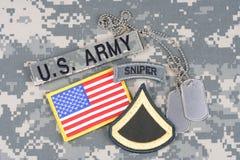 美国陆军一等兵茂盛的补丁,狙击手选项,旗子补丁,与在伪装unifo的卡箍标记 库存图片