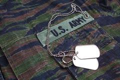 美国陆军分支在老虎条纹的磁带和卡箍标记伪装制服 免版税图库摄影