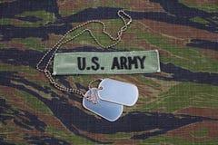 美国陆军分支在老虎条纹的磁带和卡箍标记伪装制服 免版税库存照片