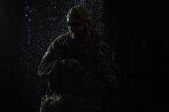 美国陆军战士在雨中 库存照片