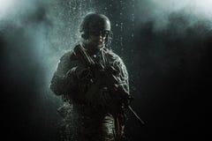 美国陆军战士在雨中 免版税图库摄影