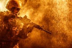 美国陆军战士在雨中 免版税库存图片