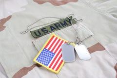 美国陆军有卡箍标记的分支磁带和在沙漠的旗子补丁伪装制服 图库摄影