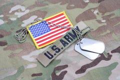 美国陆军有旗子补丁的分支磁带和在伪装制服的卡箍标记 免版税图库摄影