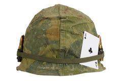 美国陆军盔甲与伪装俱乐部纸牌盖子和弹药传送带和护身符一点的越南战争期间  免版税图库摄影