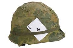 美国陆军盔甲与伪装俱乐部纸牌盖子和弹药传送带和护身符一点的越南战争期间  免版税库存图片