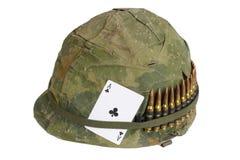 美国陆军盔甲与伪装俱乐部纸牌盖子和弹药传送带和护身符一点的越南战争期间  库存照片