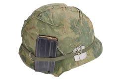 美国陆军盔甲与伪装盖子、杂志与弹药和卡箍标记的越南战争期间 免版税库存图片