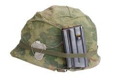 美国陆军盔甲与伪装盖子、杂志与ammot和卡箍标记的越南战争期间 免版税库存图片