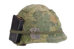 美国陆军盔甲与伪装盖子、杂志与ammot和卡箍标记的越南战争期间 库存图片