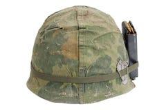 美国陆军盔甲与伪装盖子、杂志与ammot和卡箍标记的越南战争期间 库存照片