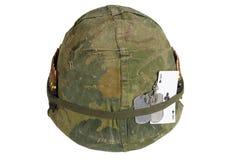 美国陆军盔甲与伪装盖子和弹药传送带、卡箍标记和俱乐部纸牌护身符一点的越南战争期间  免版税库存图片