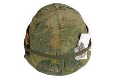 美国陆军盔甲与伪装盖子和弹药传送带、卡箍标记和心脏纸牌护身符一点的越南战争期间  库存图片