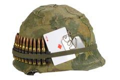 美国陆军盔甲与伪装盖子和弹药传送带、卡箍标记和护身符纸牌金刚钻石的越南战争期间 免版税库存照片