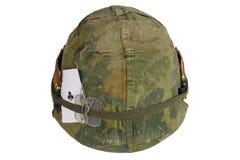 美国陆军盔甲与伪装盖子和弹药传送带、卡箍标记和护身符-俱乐部纸牌一点的越南战争期间  免版税库存图片