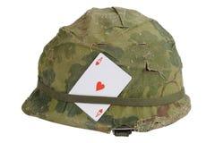美国陆军盔甲与伪装盖子和弹药传送带和护身符-心脏纸牌一点的越南战争期间  免版税库存照片