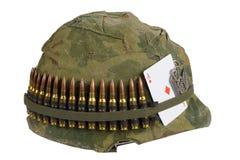 美国陆军盔甲与伪装盖子有弹药传送带的,卡箍标记和护身符-纸牌金刚钻石的越南战争期间 库存照片