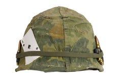 美国陆军盔甲与伪装盖子的越南战争期间和弹药传送带和护身符锹纸牌一点  图库摄影