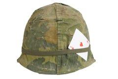 美国陆军盔甲与伪装盖子的越南战争期间有心脏纸牌护身符一点的  免版税库存图片