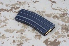 美国陆军M-16与弹药筒的步枪杂志在伪装制服 库存图片