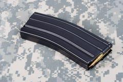 美国陆军M-16与弹药筒的步枪杂志在伪装制服 免版税库存图片