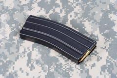 美国陆军M-16与弹药筒的步枪杂志在伪装制服 免版税图库摄影
