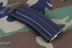 美国陆军M-16与弹药筒的步枪杂志在伪装制服 免版税库存照片