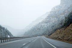 美国降雪的I 15跨境下雪的路在内华达 库存照片