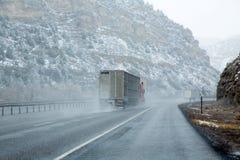 美国降雪的I 15跨境下雪的路在内华达 免版税库存照片