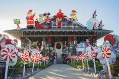 美国风格的房子的美丽的圣诞节装饰 免版税库存图片