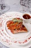 美国食物烤肉顶视图取笑牛排用在陶器的辣椒酱番茄酱在红色白色板材和玻璃  免版税库存照片