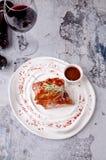 美国食物烤肉顶视图取笑牛排用在陶器的辣椒酱番茄酱在红色白色板材和玻璃  库存图片