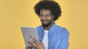 美国黑人的人浏览互联网,使用片剂 影视素材