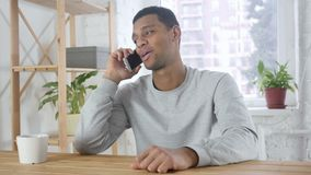 美国黑人的人谈话在电话,出席电话在工作 股票视频