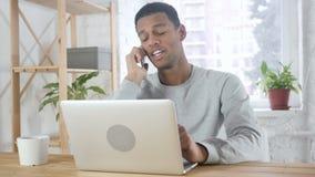 美国黑人的人谈话在电话,出席电话 股票视频
