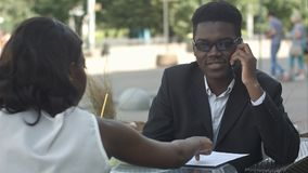 美国黑人的企业夫妇有metting在咖啡馆 库存照片