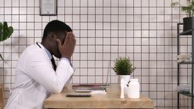 美国黑人的医生工作和疲倦,有脖子痛 影视素材