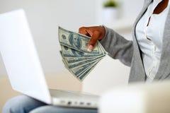 美国黑人的妇女藏品大量现金货币 免版税图库摄影