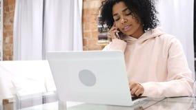 美国黑人的妇女谈话在电话,出席电话 影视素材