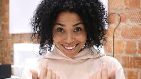 美国黑人的妇女邀请的顾客画象用两只手 股票录像