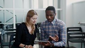 美国黑人的设计师显示他的项目给他的会议的女性同事 影视素材