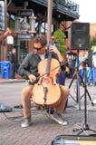 美国,亚利桑那:大提琴手布赖恩Hullfish 免版税库存照片