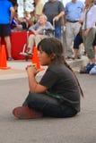 美国,亚利桑那:观看街道表现的年轻美国女孩 免版税库存图片