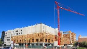美国,亚利桑那/坦佩:新的公寓房-大厦壳和起重机 库存照片