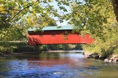 美国,佛蒙特:有被遮盖的桥的Battenkill河 免版税图库摄影