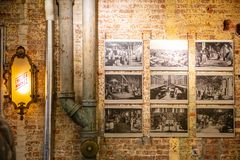 美国,纽约,与文本切尔西市场的被阐明的标志在市场的入口 免版税库存图片