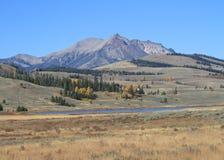 美国,蒙大拿/怀俄明:与电峰顶的风景 免版税库存图片